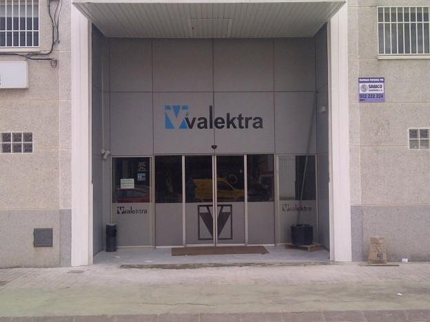 Entrada de acceso al punto de venta de Valektra en Catarroja