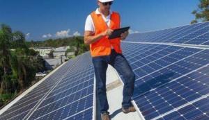 El sector de la energía solar acusa al Supremo de hacer política con su respaldo al 'impuesto al sol'