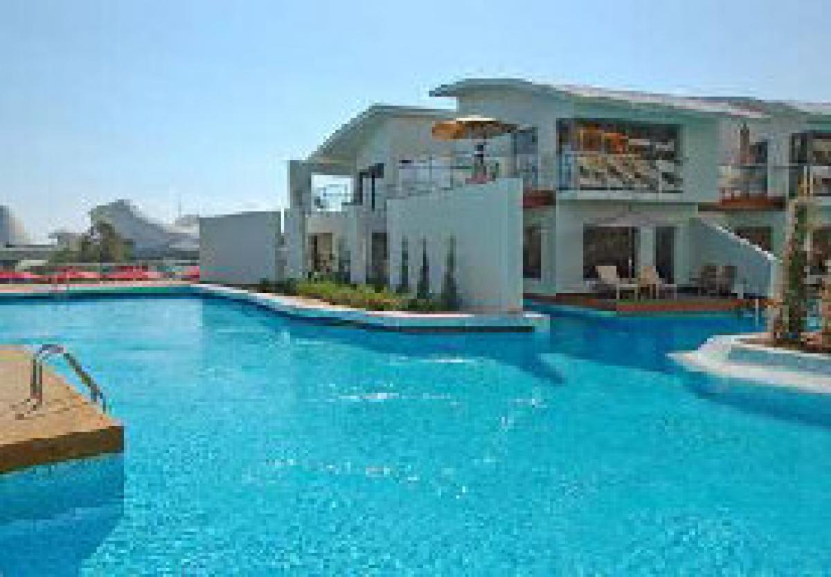 Piscinas dentro de casas resumen piscina verano piscina for Ver piscinas grandes